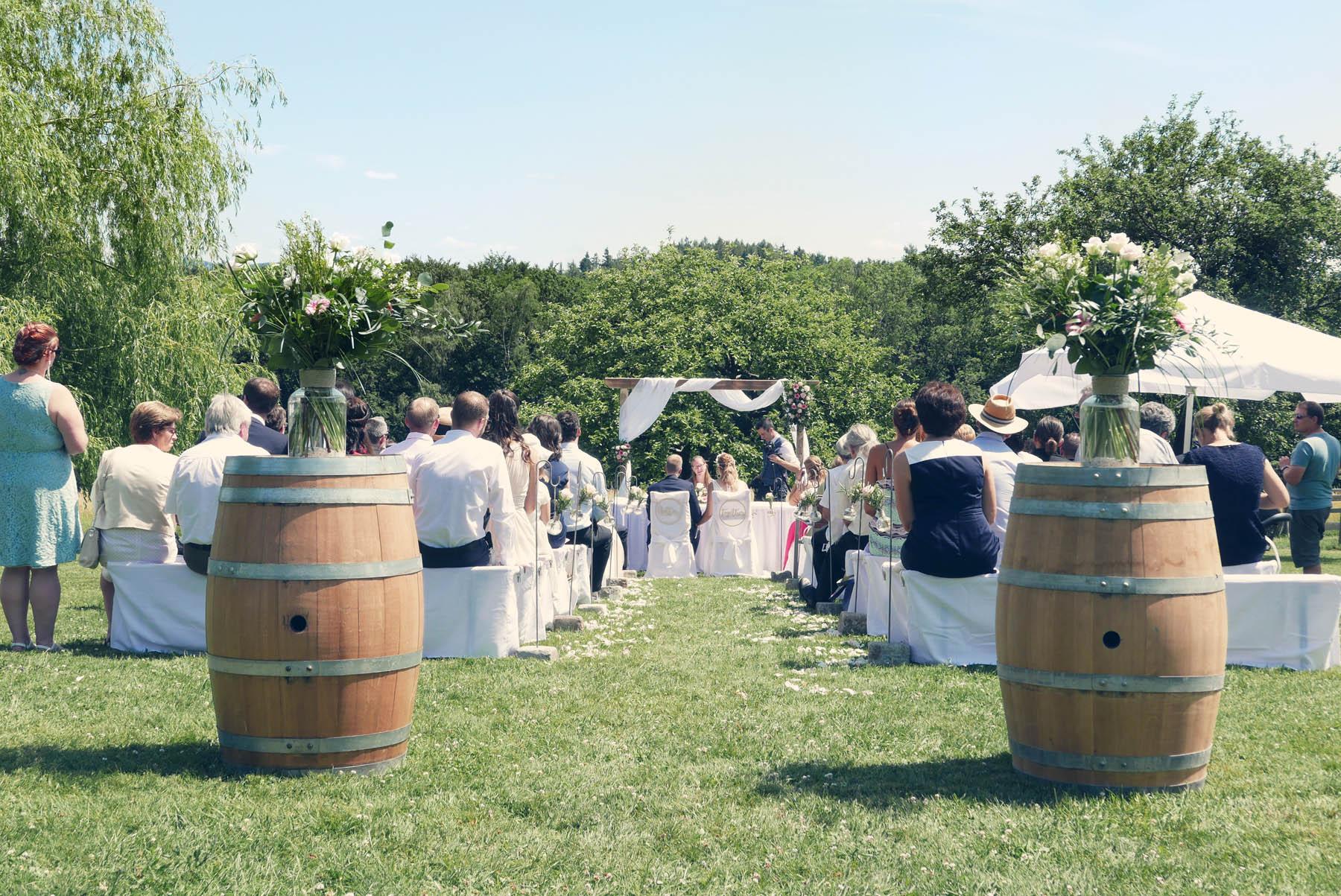 Weinfass + Hochzeitsgesellschaft